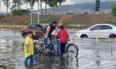 Niños transportan en triciclo a vecinos afectados las lluvias