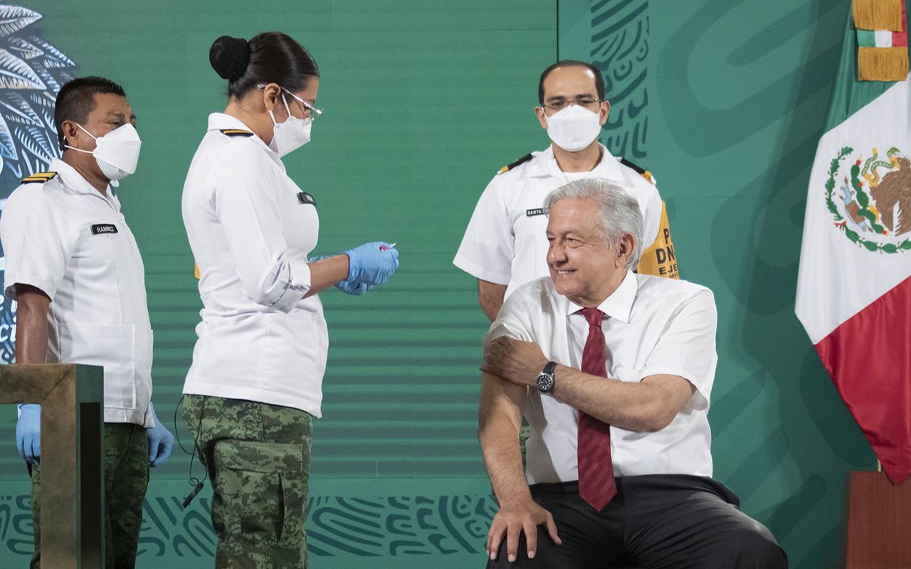 Aplican a López Obrador segunda dosis de vacuna anticovid