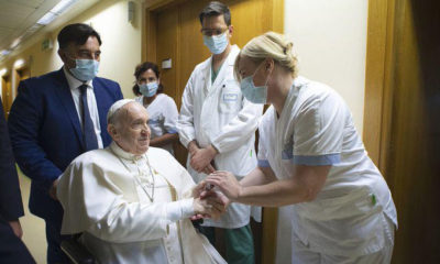 Papa Francisco sale del hospital después de su operación de colon