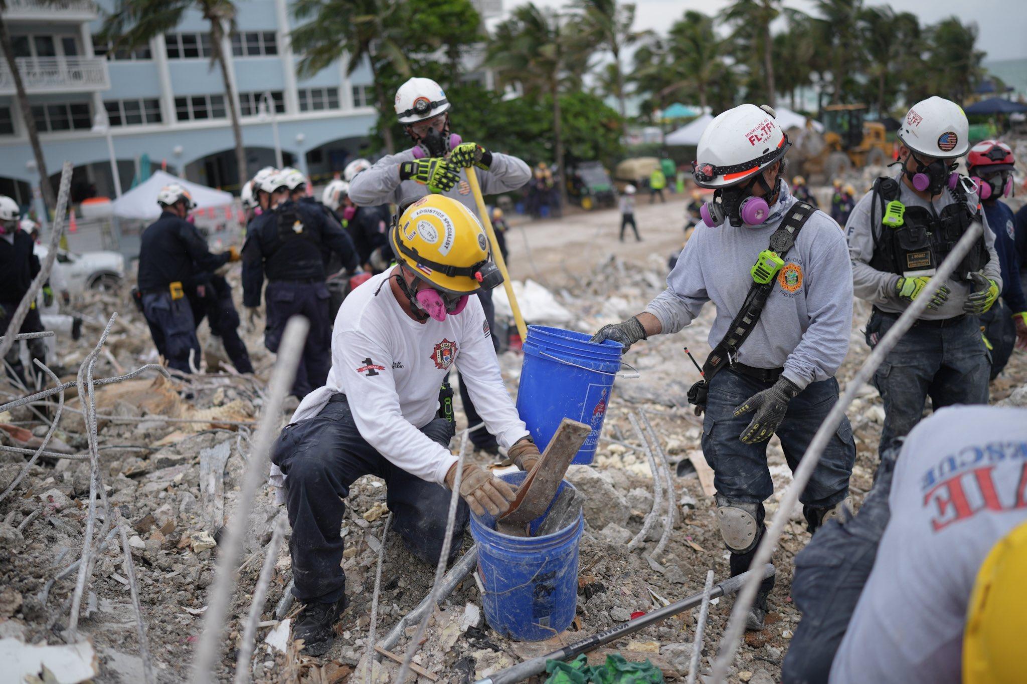 Levanten escombros de edificio que colapsó en Miami. Foto: Twitter