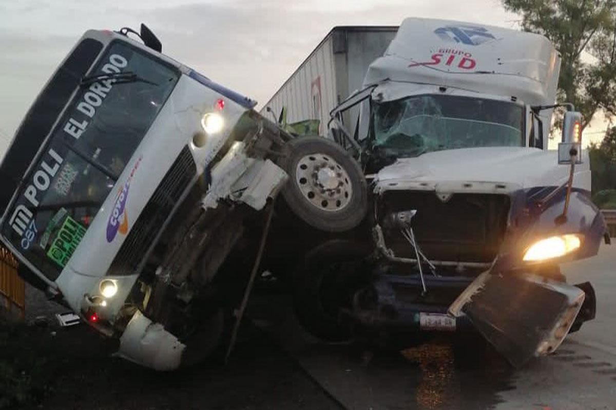 Tráiler embiste camión de pasajeros en la México -Querétaro; seis muertos