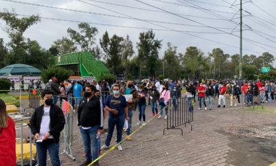 Jóvenes quieren su vacuna; forman largas filas en último día de aplicación