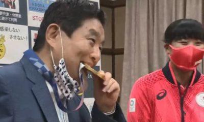Alcalde de Japón muerde medalla olímpica. Foto: Twitter