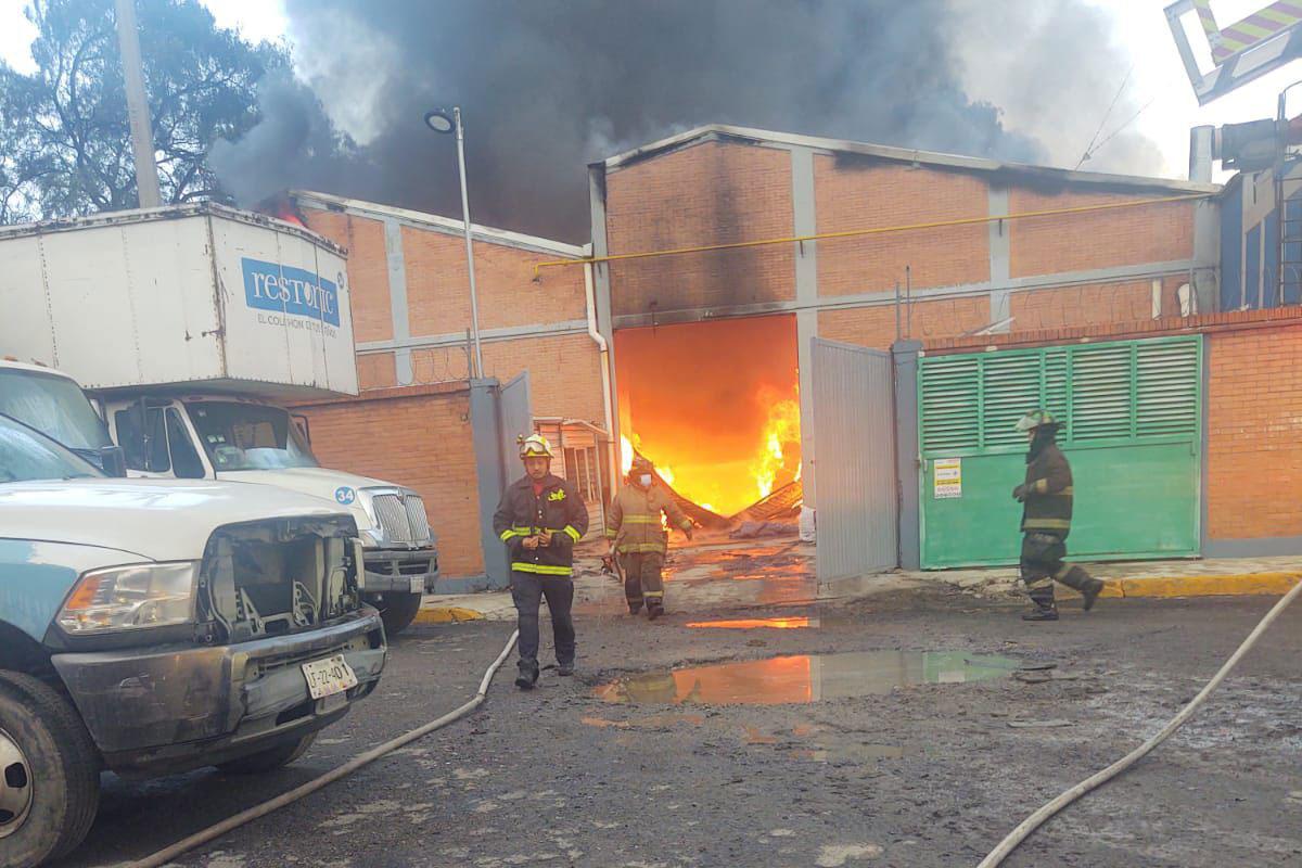 Se incendia fábrica de colchones en Tlalnepantla; vuelca pipa de agua