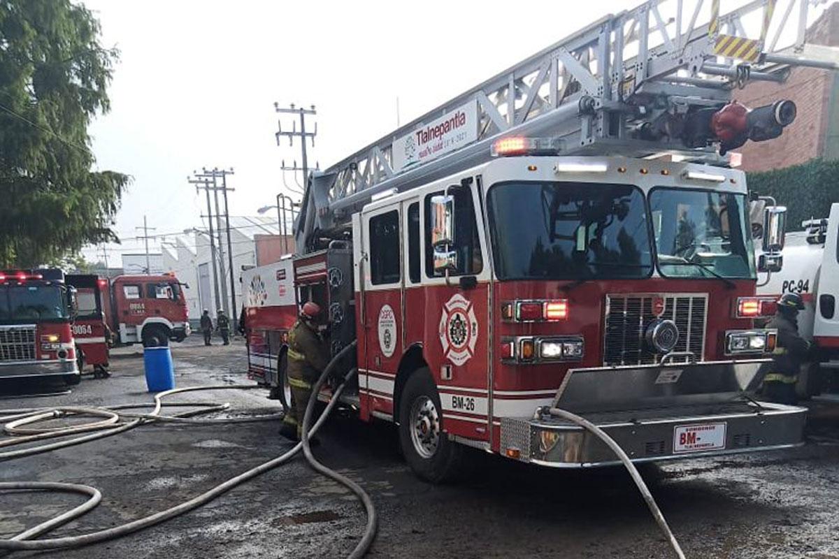 Sofocan incendio en fábrica de colchones en Tlalnepantla