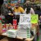 A unos días de iniciar las clases presenciales en la Ciudad de México, padres de familia acuden a comprar los útiles escolares de sus hijos.