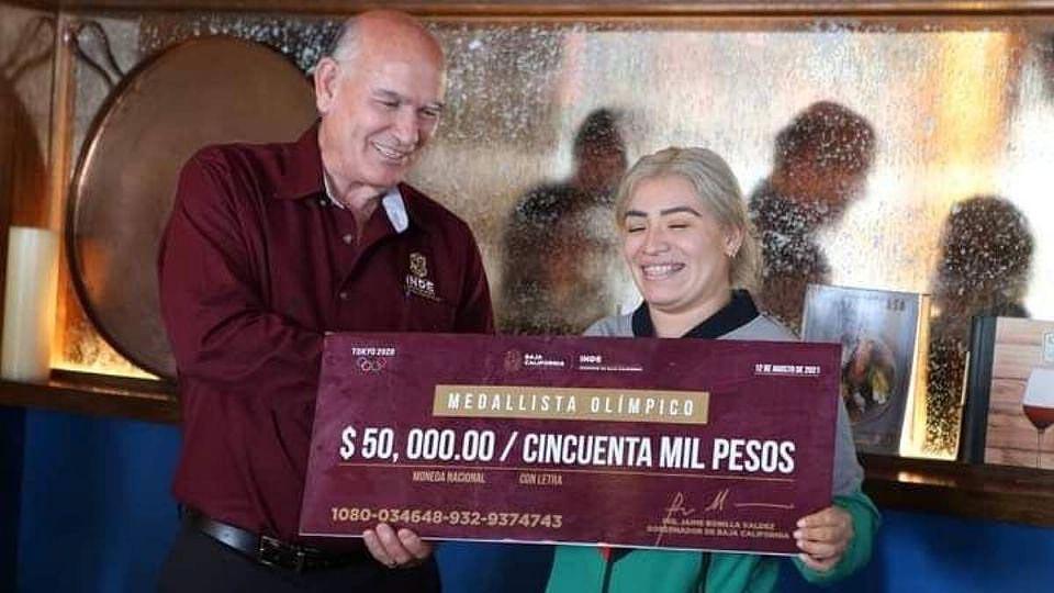 Aremi Fuentes con el cheque. Foto: Twitter