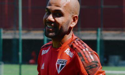 Dani Alves fuera del Sao Paulo. Foto: Twitter