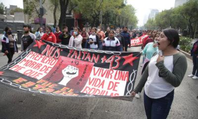 Con misa, marcha y pase de lista recuerdan a normalistas de Ayotzinapa