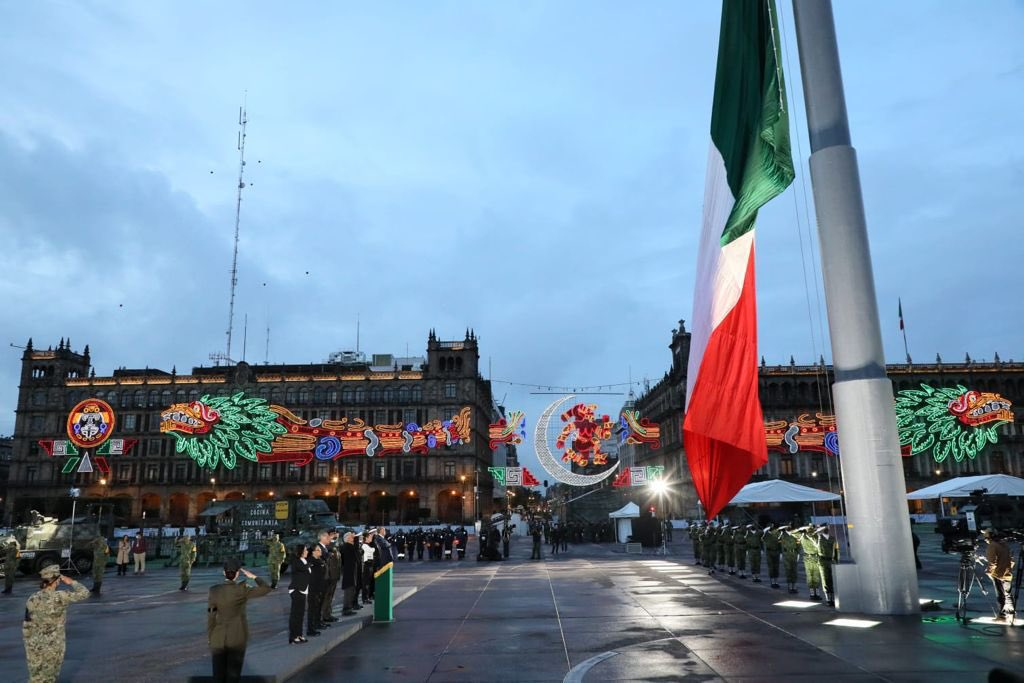 López Obrador en el Izamiento de bandera por los sismos. Foto: Twitter