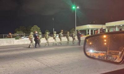Soldados mexicanos cruzan frontera de EU; fueron detenidos y esposados