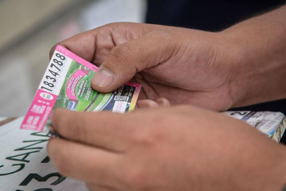 """Invita López Obrador a comprar """"cachitos"""" de la Lotería para palco en el Azteca"""