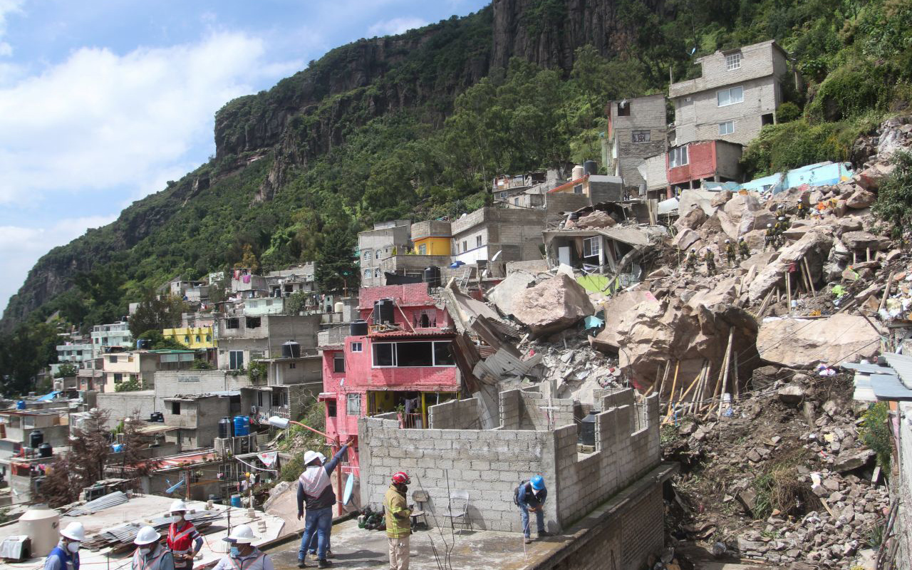 AMLO ofrece construir casas para habitantes del Cerro del Chiquihuite