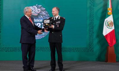 AMLO da Águila Azteca a comandante italiano por recuperar piezas arqueológicas