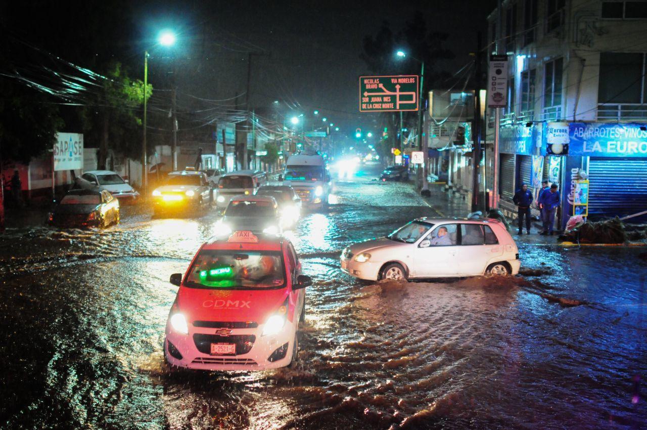 Ecatepec bajo el agua; dos muertos y daños materiales