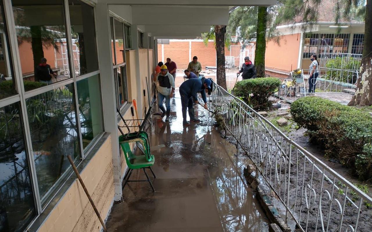 Las lluvias ocurridas en las últimas horas provocaron la caída de una barda en una escuela de Ecatepec, Estado de México.