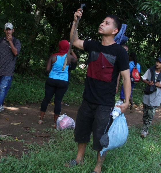 Con piedras y varillas, migrantes se defienden de la Guardia Nacional
