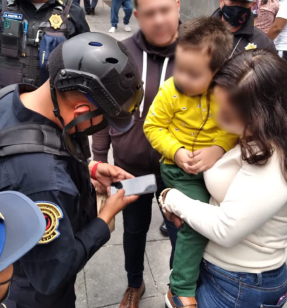 Policías encuentran a menor extraviado; madre corre a abrazarlo