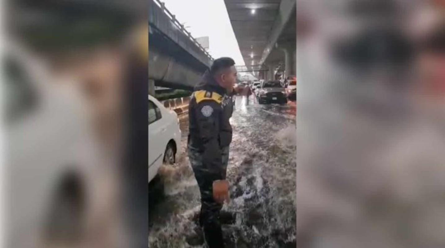 """""""Soy policía y ayudo a la gente""""; está feliz y contento por hacer su trabajo"""