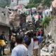 Con palas y botes, vecinos se organizan para retirar escombros del cerro