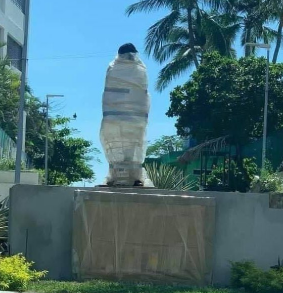 Vandalizan estatua de Eugenio Derbez en Acapulco