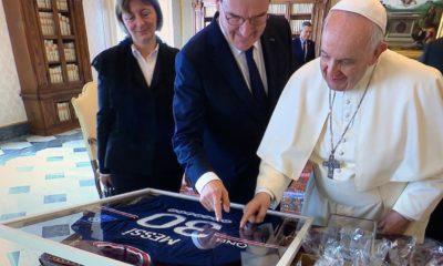 Papa Francisco con la playera de Messi. Foto: Twitter