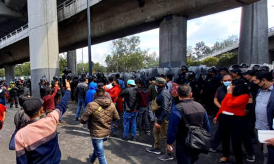 Triquis bloquean Periférico y se enfrentan a policías